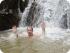 Турист в водопаде в Таиланде