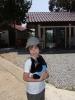 Туристка с детенышем гиббона