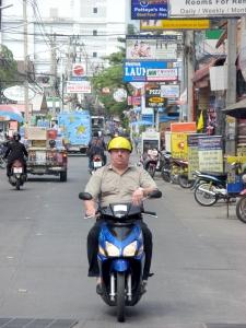Турист в Таиланде на мотобайке