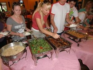Туристы за дегустацией блюд на Бали